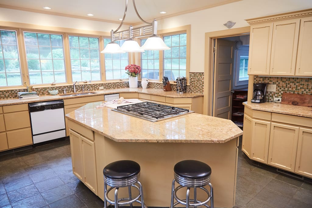Fully-equipped gourmet kitchen