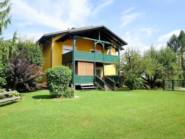 Holiday home with large balcony, in a great location, just 200m from the beach