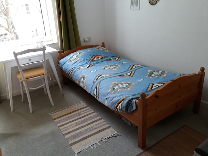 Quiet bright cosy room in  central Bournemouth