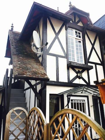 Maisonnette de charme plein centre - Deauville - Hus