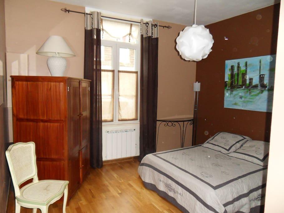 Chambre spacieuse, claire et fraiche l'été.