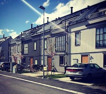 Stadsradhus nära hav och grönområde - Värmdö - Rumah bandar
