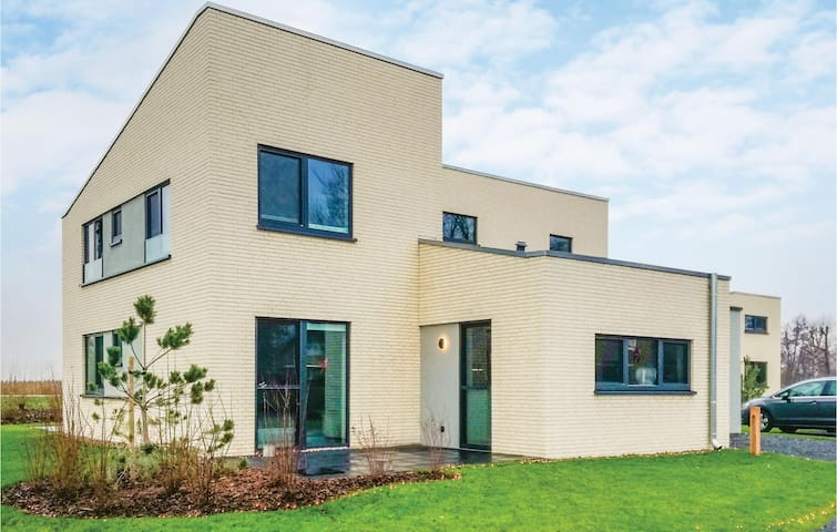 Amazing home in Lembruch/Dümmer See with Indoor swimming pool, WiFi and 5 Bedrooms