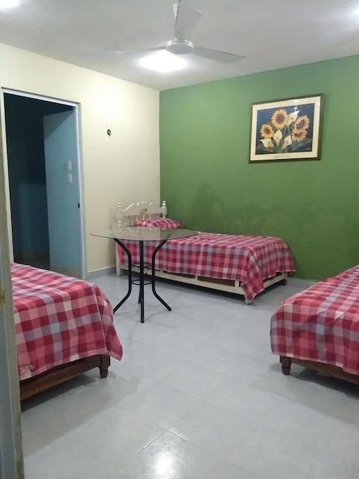 cuarto amplio fresco con ventilador 3 camas individuales
