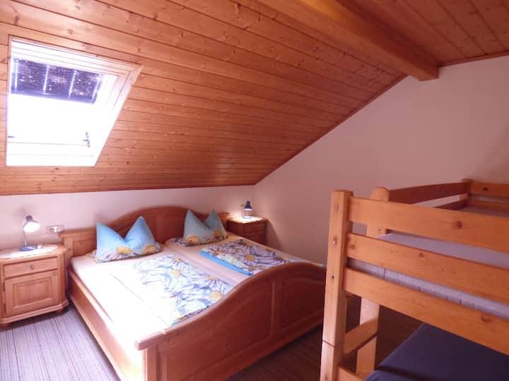 Gillingerhof (Chamerau), Ferienwohnung Waldblick (70qm) mit Balkon für 4 Personen