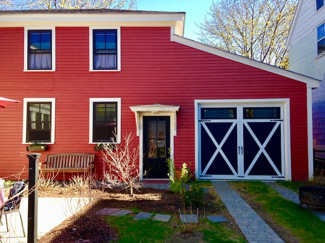 Spacious 2 BR cottage, steps from town and Bowdoin