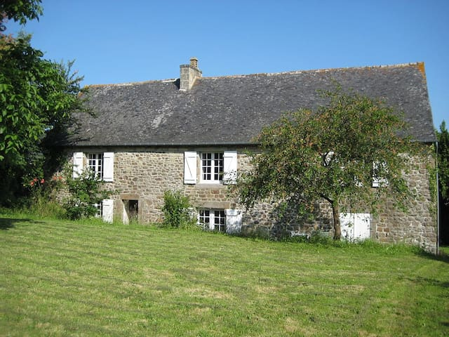 Peaceful family-friendly cottage, large garden. - Plouasne - Dom