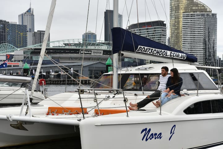 Boatique Accommodation - Docklands - Barco