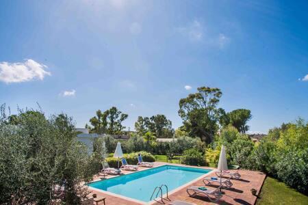 Villa de trois familles avec piscine et jarden