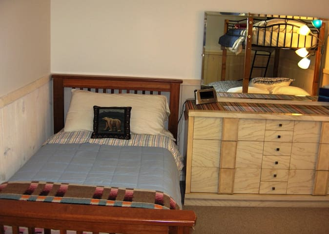 BR4: (lower level) Twin bed & Queen futon with twin bunk above