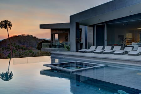 Gorgeous Modern Hillside Villa w/ Infinity Pool! - Chacarita - Villa