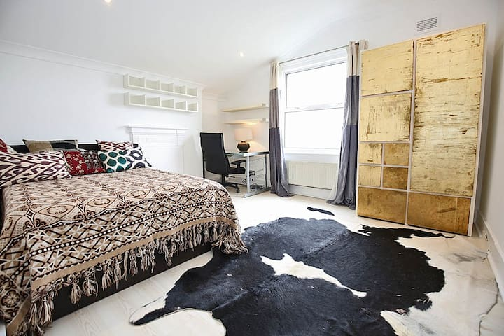 Large bright room in beautiful home NW10