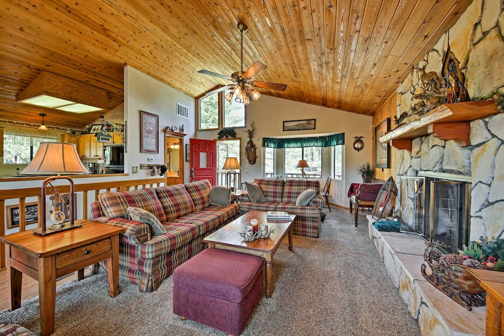 This 1,334-square-foot cabin is perfect for 6 guests!