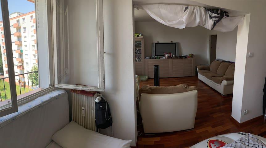 lit propre dans salon centre esplanade