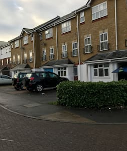 Waterside town house close to Heathrow - Hayes