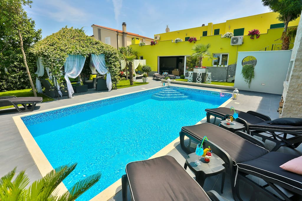 Rear of the house : swimming pool , garden , outdoor terrace...