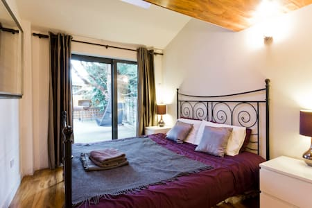 EGHAM HOUSE for contractors - sleeps 6 in own beds - Egham - House - 0