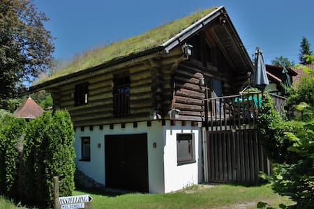 Blockhaus mit Grasdach für Naturfreunde - Kanzach