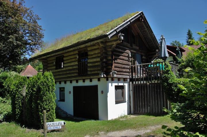 Blockhaus mit Grasdach für Naturfreunde