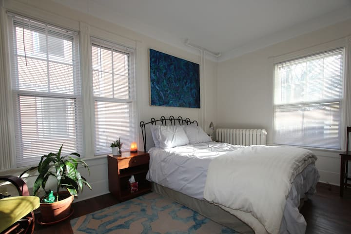 Church St location - Stylish private studio!! - Burlington - Apartamento