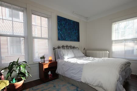 Church St location - Stylish private studio!! - Burlington - Apartment