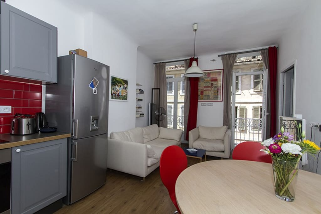 un espace salon cuisine plutôt spacieux
