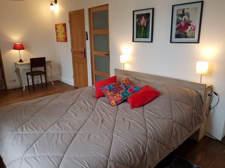 Chambre avec salle de bain privée à Ebreuil