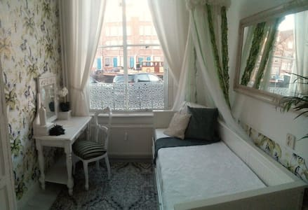 Charming vintage Dutch house with a canal view! - Leiden