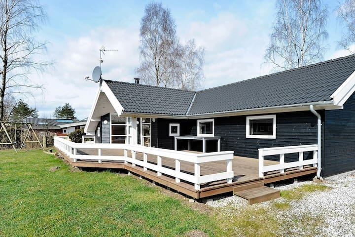 Ruim vakantiehuis in Fårvang met sauna