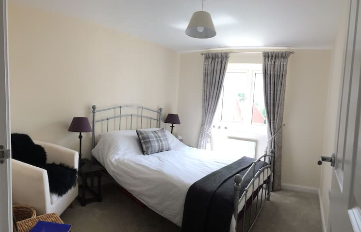 Bright Double Bedroom, Private Bathroom & Parking
