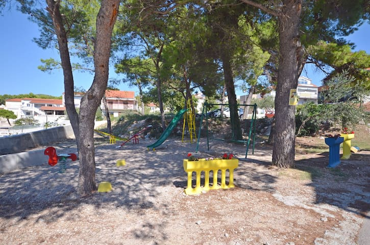 Interesting sites nearby (cultural or natural) Place for play