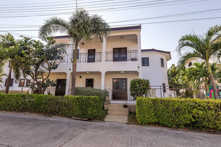 Villa in 2nd floor w/private pool near the city.