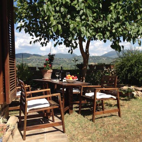 Bell'appartamento con giardino panoramico incentro
