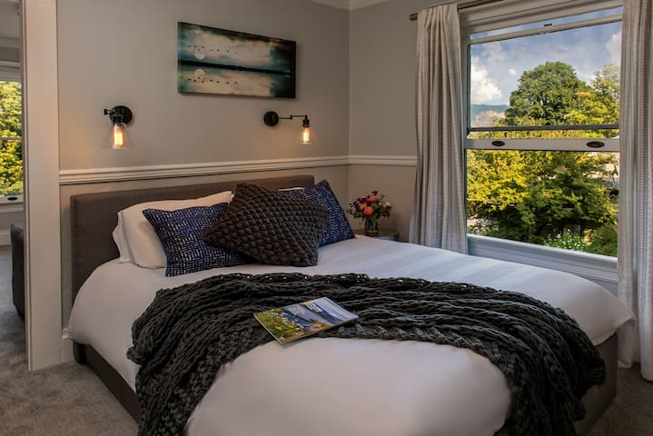 Rose Suite - Best location in Hood River! Your own apartment in a stylishly updated laid-back and fun boutique Hotel!