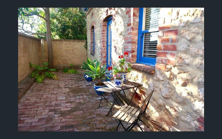 The front courtyard of Nectarine Cottage