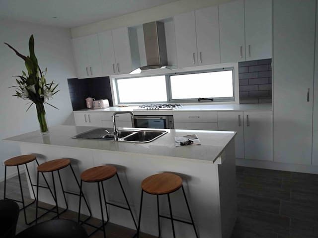 Sleeps 10: Modern Townhouse in Central Mornington