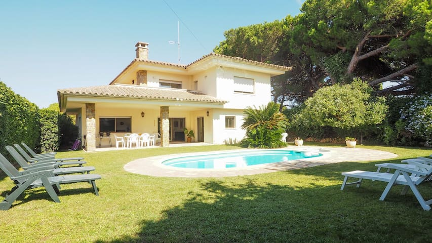Big house for 10 persons, with garden and private pool.
