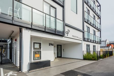 Central City Apt. 2 bed with Private   car park