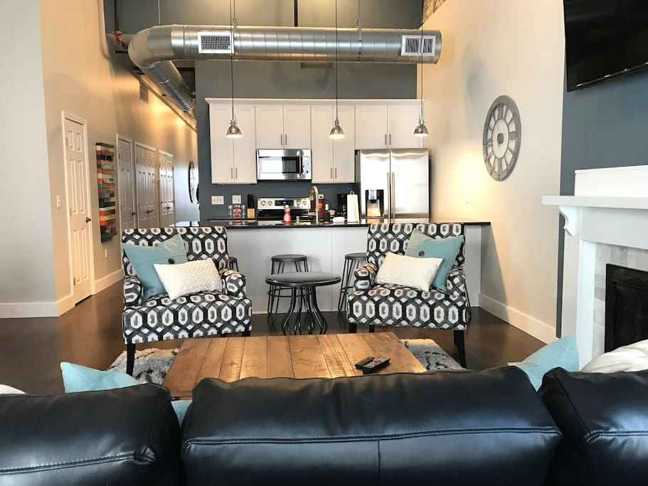 Nice sitting area with open layout to the rest of the apt