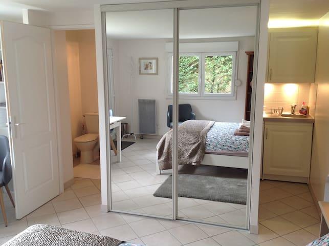 22 m² aménagés avec cuisine et salle de douche/wc séparées