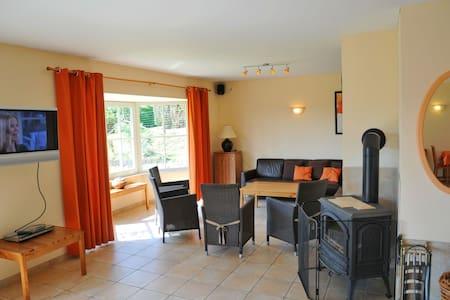 Comfortabel modern vakantiehuis met riante tuin en sauna, gelegen in Somme-Leuze