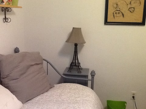 Room to rent in clean friendly home