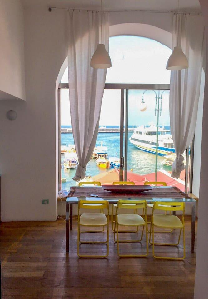 Zona pranzo con finestra panoramica sul mare