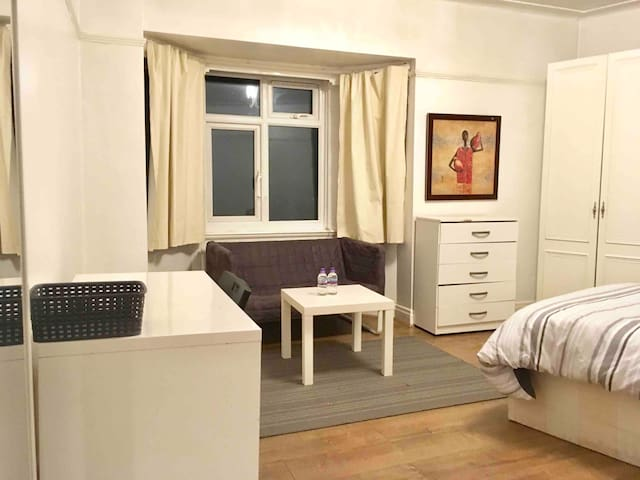 Beautiful/Large room 4mins to GoldersGreen Station