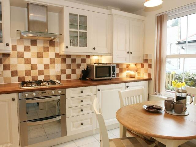 SAFFRON COTTAGE, family friendly, with a garden in Hayle, Ref 959352