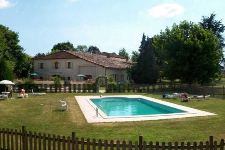 Au Domaine Bardon Gîte 12p avec piscine chauffée