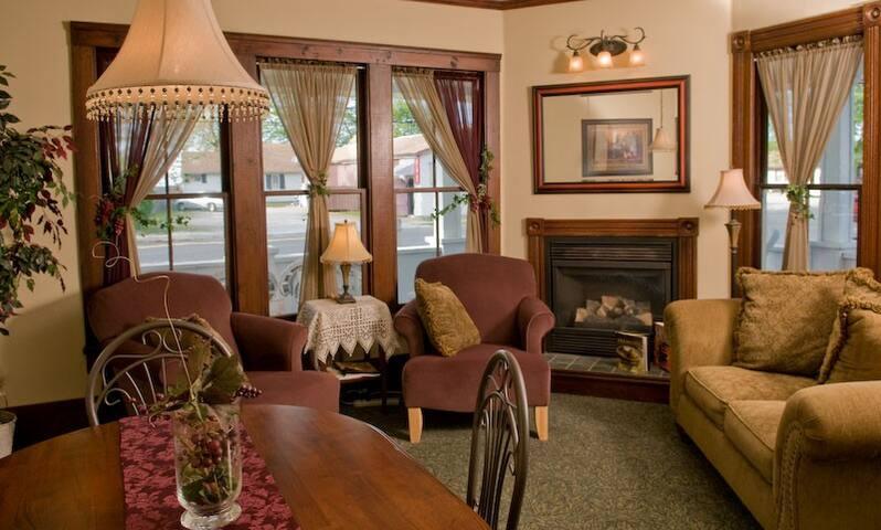 Eagle Cliff Inn B&B -Lydia's Lagoon Queen Room - Genf - Bed & Breakfast