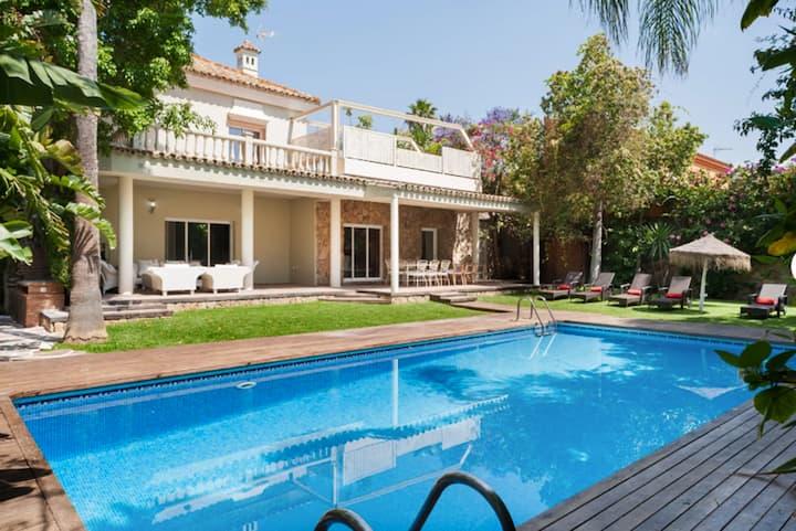 Villa de lujo con jardines y piscina.