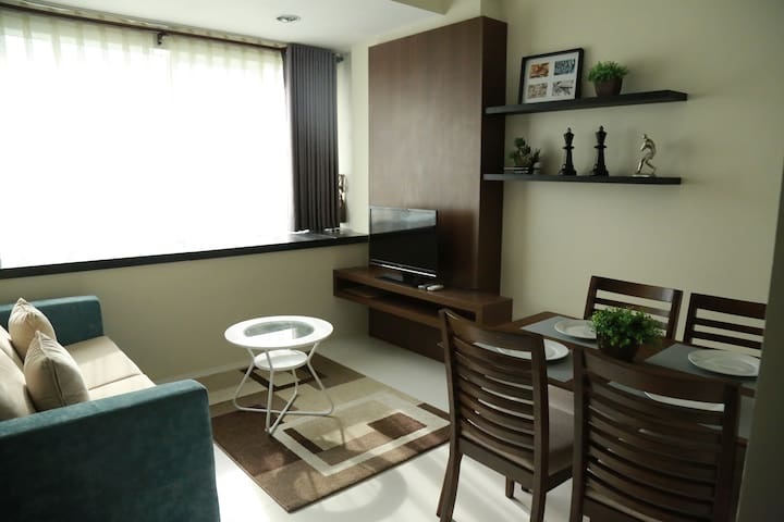 Comfy, cozy 1BR condo near Ayala HI-speed wifi!