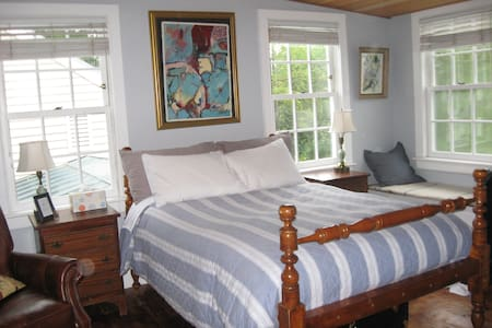 Charming private room in Sea Captain house